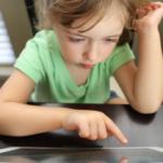 Enfant sur un écran